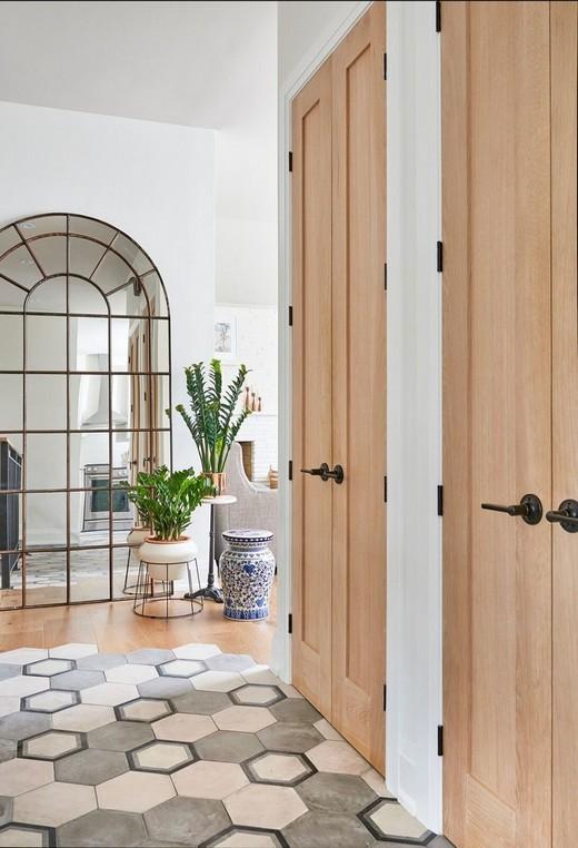 сочетание дверей и пола в интерьере