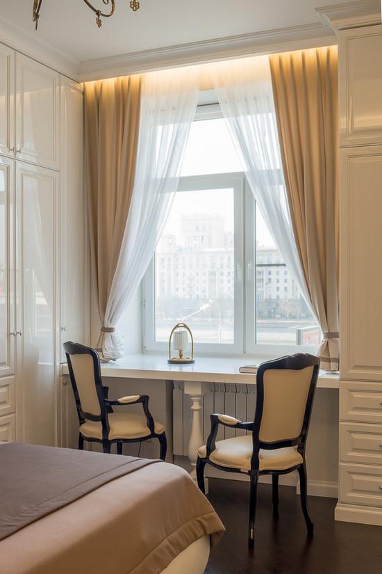 рабочее место у окна в спальне