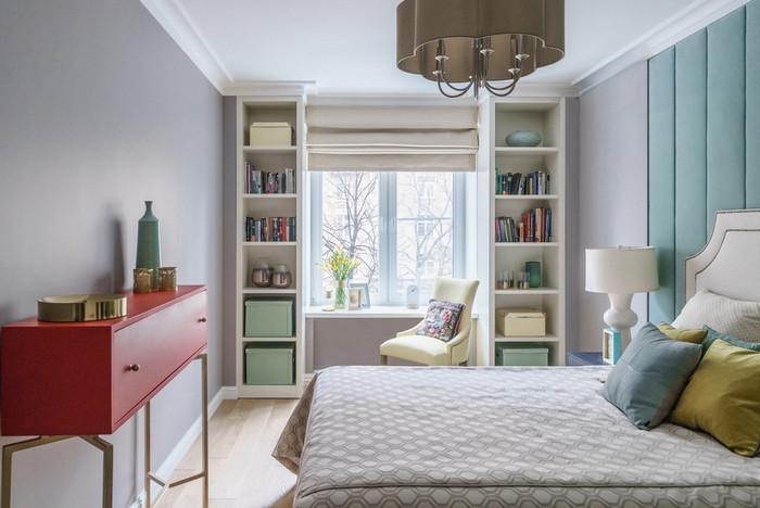 приоконный стол в спальне