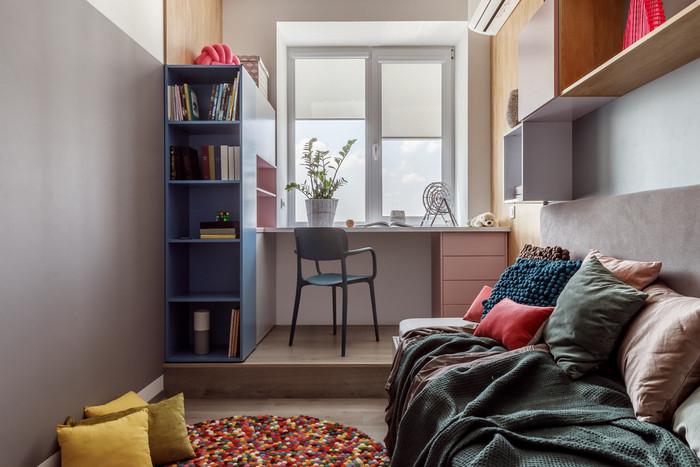 рабочий стол вдоль окна в комнате