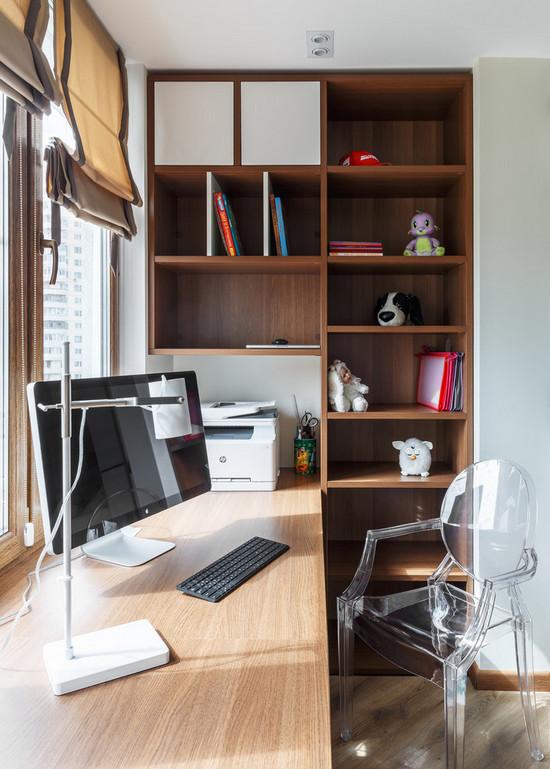 рабочее место у окна в комнате