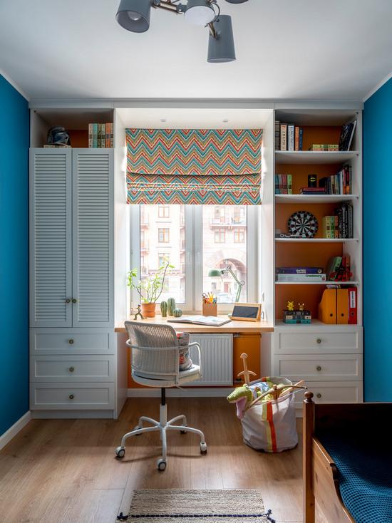 рабочее место и шкафы у окна в детской