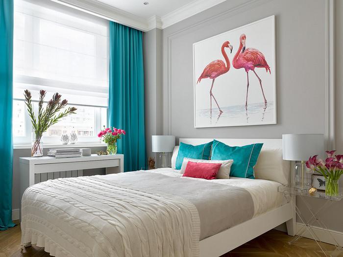сочетание окна и кровати в спальне