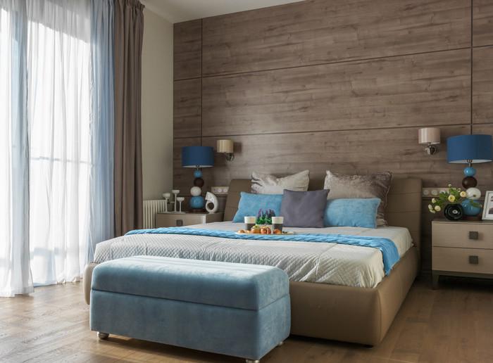 кровать и окно в спальне