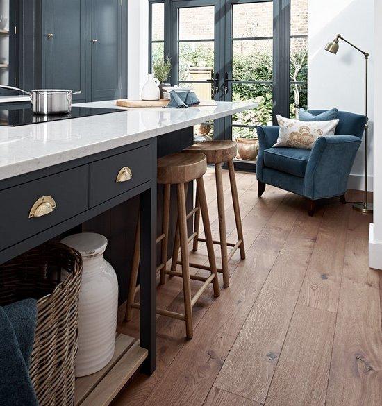 кресло в пустой угол на кухне