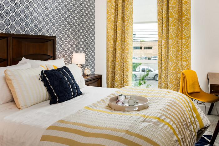 жёлтые шторы в интерьере