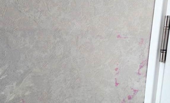 розовые пятна на обоях