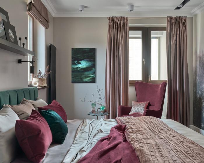 несколько окон в спальне: как правильно подбирать шторы