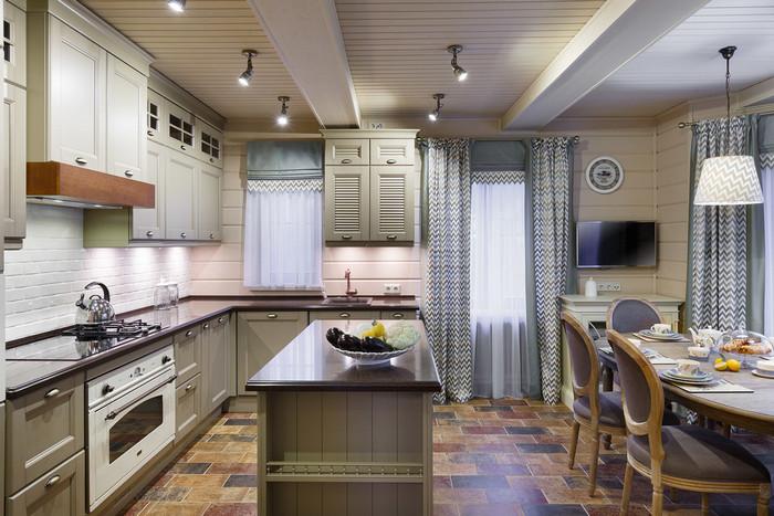 несколько окон на кухне: как оформить шторами