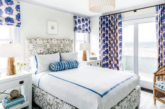 спальня с несколькими окнами