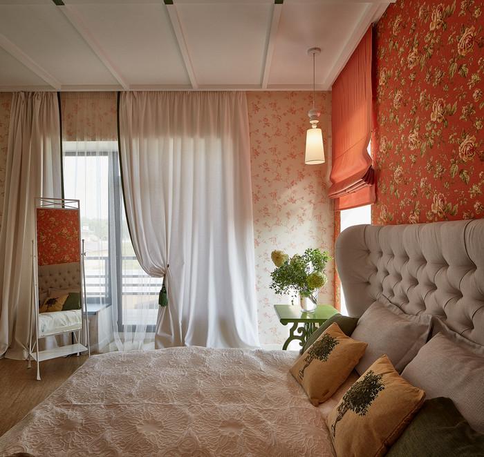 два окна в спальне: сочетание штор