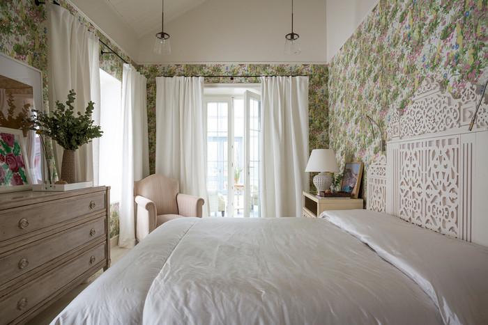 два окна в спальне: дизайн штор