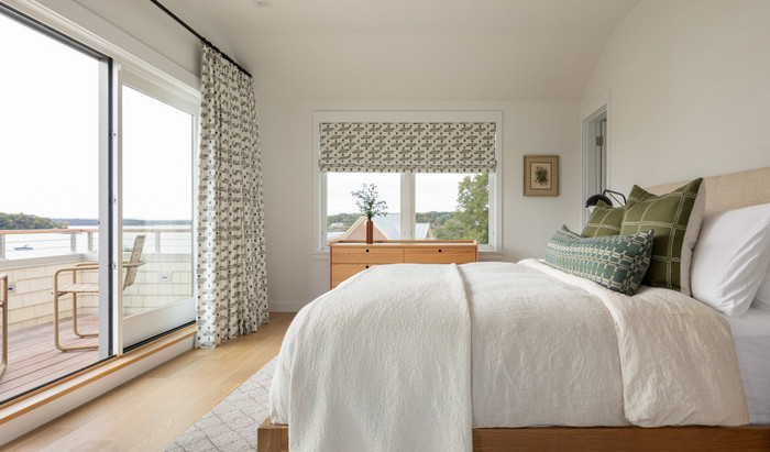 два окна в спальне: как комбинировать занавески
