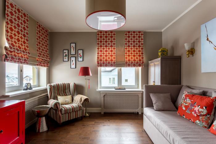 два окна в комнате: занавески