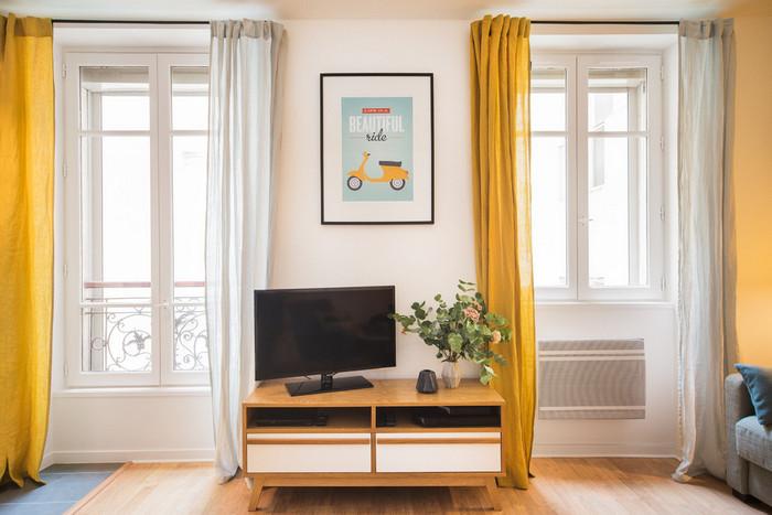 два окна на одной стене с простенком