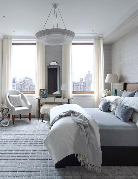 два окна в спальне с простенком