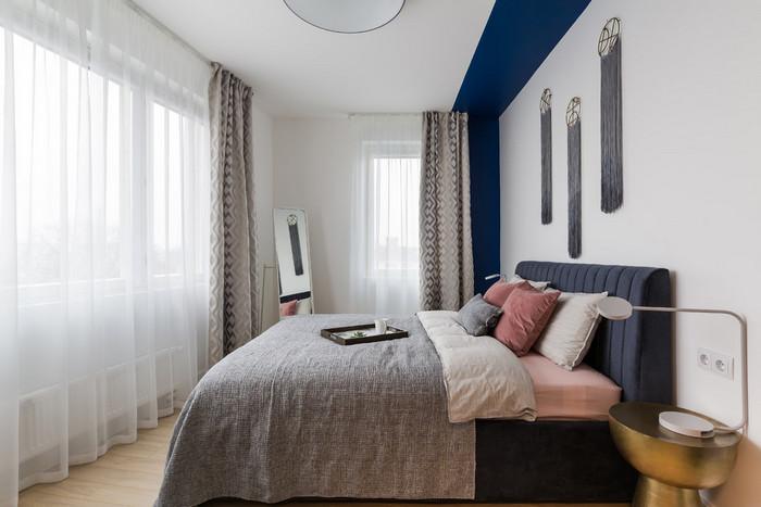 два окна в спальне: шторы