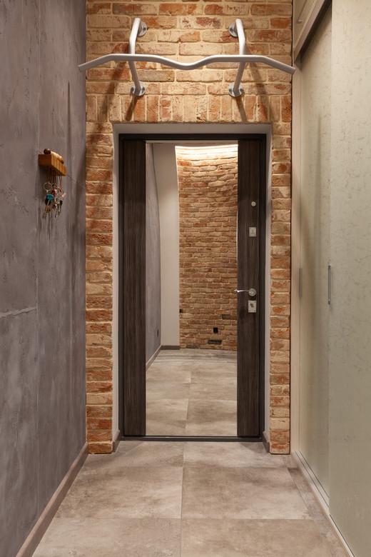 зеркальная входная дверь в интерьере