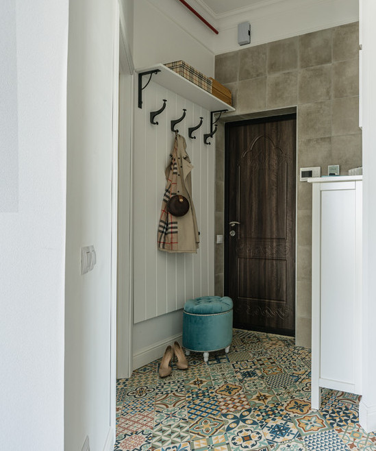 плитка на стене в прихожей
