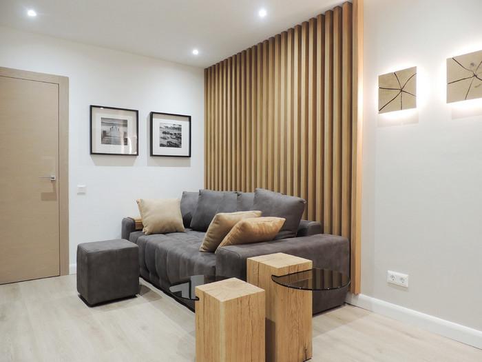 реечная стена за диваном