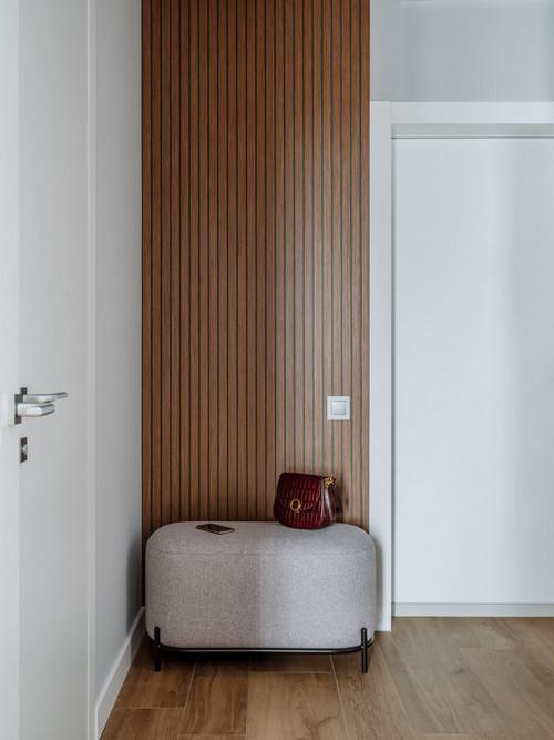 рейки на стене в прихожей