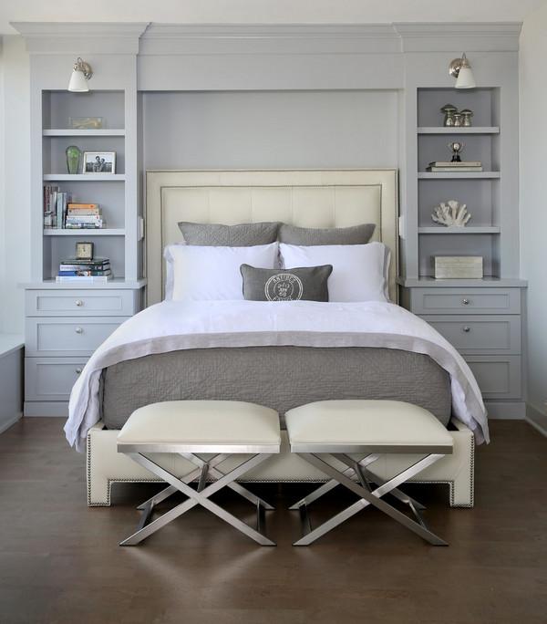 стеллажи с двух сторон от кровати