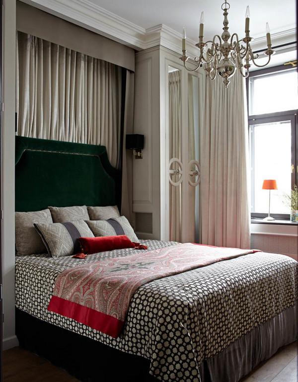 шкафы по обеим сторонам кровати