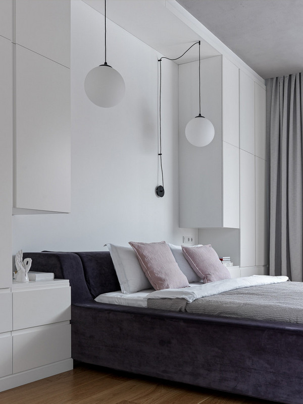 шкафы с двух сторон от кровати в спальне