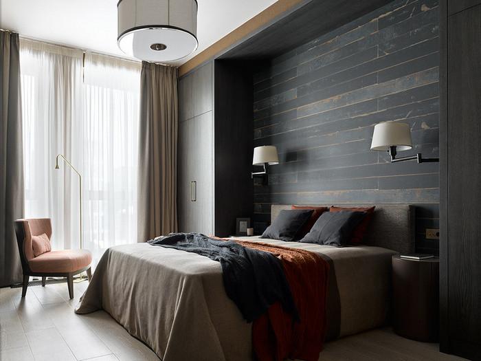 шкафы по обе стороны от кровати