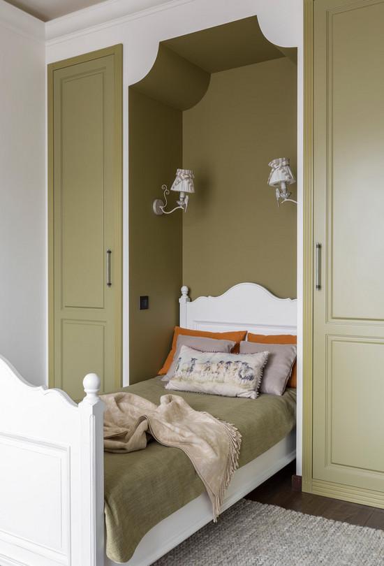 шкафы с двух сторон от кровати в детской