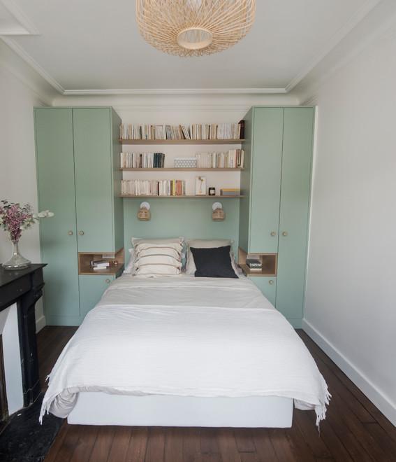 два шкафа по бокам от кровати