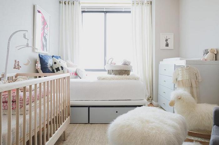 взрослая спальня с детской кроваткой