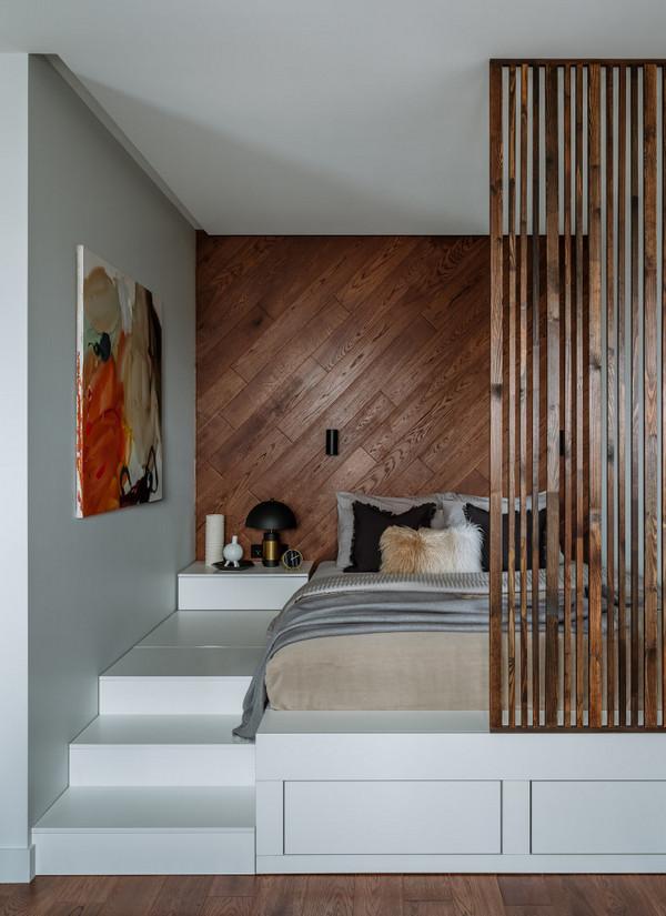 идеи для маленьких квартир: кровать на подиуме